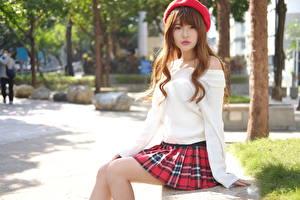 Hintergrundbilder Asiatisches Braune Haare Sitzend Barett Rock Blick junge frau