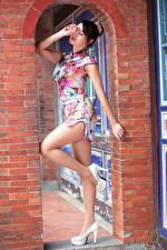 Bilder Asiaten Posiert Kleid Bein High Heels junge frau