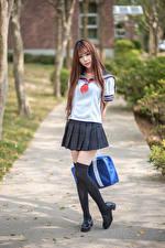 Sfondi desktop Asiatico Scolara Uniforme In posa Colpo d'occhio giovani donne