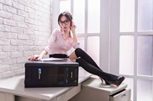 Bilder Asiatische Sekretärinen Bluse Bein Brille Blick junge frau