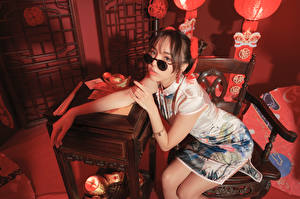 Hintergrundbilder Asiaten Sitzen Kleid Brille Blick Mädchens