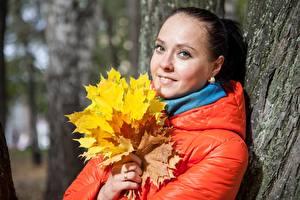 Bilder Herbst Blattwerk Blick Jacke junge Frauen