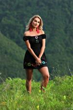 Hintergrundbilder Cara Mell Pose Blondine Gras Kleid Starren junge Frauen