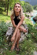 Fotos Cara Mell Steine Blondine Sitzend Hand Starren junge Frauen