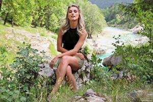 Hintergrundbilder Cara Mell Stein Blondine Sitzt Bein Starren junge frau