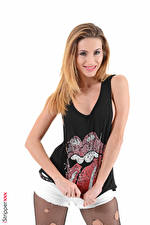 Bilder Cara Mell Weißer hintergrund Blick Lächeln Hand Unterhemd Shorts Strumpfhose Mädchens