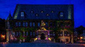 Tapety na pulpit Niemcy Domy Ulica Schody W nocy Latarnia uliczna Promienie światła Quedlinburg miasto