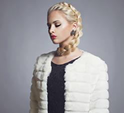 Hintergrundbilder Grauer Hintergrund Blond Mädchen Zopf Rote Lippen Ohrring
