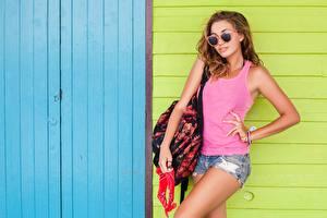 Fotos Handtasche Pose Shorts Unterhemd Brille junge Frauen