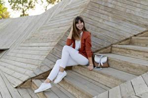 Fotos Handtasche Treppe Braunhaarige Lächeln Sitzen Hand Bein Turnschuh junge Frauen
