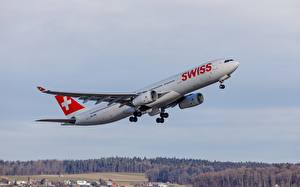 Desktop hintergrundbilder Flugzeuge Verkehrsflugzeug Airbus Starten A330 Luftfahrt