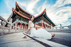 Hintergrundbilder Asiatisches Sitzend Kleid Starren Mädchens