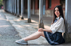 Hintergrundbilder Asiatische Sitzt Uniform Starren Bokeh junge frau