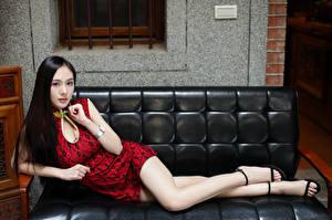 Bilder Asiatische Sofa Liegt Kleid Bein Starren Mädchens