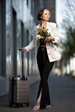 Bilder Sträuße Pose Bokeh Die Hose Sakko Koffer Alena junge Frauen