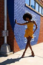 Fondos de Pantalla Negroide Pose Vestido Pierna Pared Sombra Contacto visual Janae Fulton Chicas imágenes