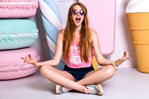 Hintergrundbilder Lotossitz Sitzt Brille Unterhemd Mädchens