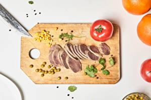 Fondos de Pantalla Productos càrnicos Tomate Guisantes Piper nigrum Fondo de color Tabla de cortar Cereal Alimentos imágenes
