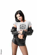 Fondos de Pantalla Monika Benz iStripper El fondo blanco Cabello negro Nia Contacto visual Mano Chaqueta Pantalón corto Pantimedias Chicas imágenes