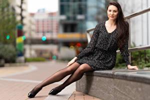 Fotos Natalia Larioshina Sitzend Kleid Bein Blick Unscharfer Hintergrund Mädchens