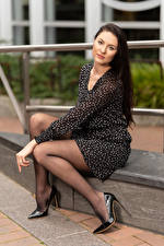 Fotos Natalia Larioshina Sitzend Bein High Heels Kleid Blick