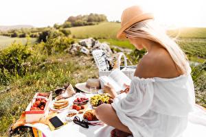 Fotos Picknick Blondine Sitzen Der Hut Buch Lesen Gras Mädchens