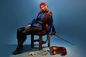 Fotos Piraten Seesterne Victoria Borodinova Cosplay Stühle Der Hut Flaschen Sitzend Rapier Bein Stiefel