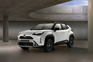 Bureaubladachtergronden Toyota Cross-over auto Wit Metallic Hybride voertuig Yaris Cross Hybrid Adventure, Worldwide, 2021 automobiel
