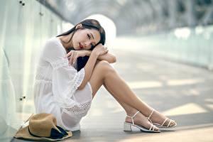 Fotos Asiatische Bokeh Brünette Sitzt Hand Bein Strumpfhose junge frau