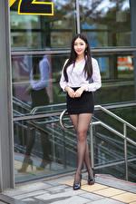 Fotos & Bilder Asiatische Brünette Pose Bein Rock Bluse Lächeln Blick Mädchens
