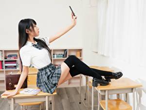 Fondos de escritorio Asiática Cabello negro Nia Colegialas Uniforme Autofoto selfi selfy Pierna Los calcetines mujer joven