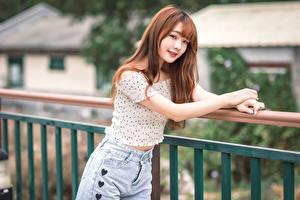 Bakgrundsbilder på skrivbordet Asiatisk Händer Blus Blick Suddig bakgrund Unga_kvinnor