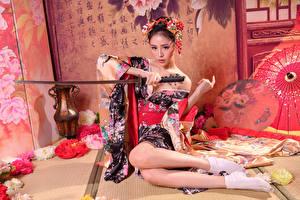 Fondos de escritorio Asiático Katana Sentada Kimono Pierna mujer joven