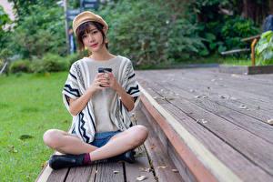 Fotos & Bilder Asiatische Lotossitz Pose Sitzend Bein Barett Blick Mädchens