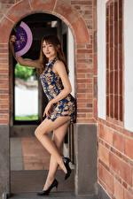 Bilder Asiaten Posiert Kleid Bein High Heels Fächer Starren junge frau