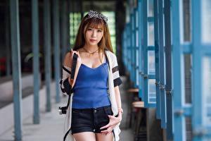 Fotos Asiaten Pose Shorts Unterhemd Starren Unscharfer Hintergrund Mädchens