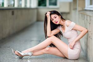 Tapety na pulpit Azjatycka Siedzą Nogi Sukienka Spojrzenie Dziewczyny