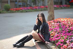 Fonds d'écran Asiatique Assis Jambe Les chaussettes Veste de costume Voir Cheveux noirs Fille