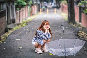 Fotos Asiatische Sitzt Regenschirm Unscharfer Hintergrund Mädchens