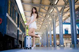 Hintergrundbilder Asiatische Koffer Kleid Bein Pose junge Frauen
