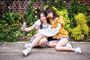 Bilder Asiatische Zwei Sitzen Umarmen Selfie Mädchens