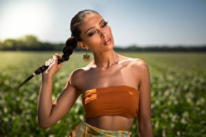 Sfondi desktop Bokeh Bruna ragazza Sguardo Treccia Le mani Makeup giovani donne