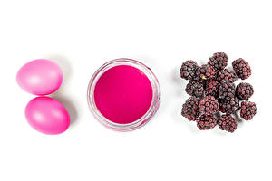 Hintergrundbilder Ostern Brombeeren Weißer hintergrund Anstrichmittel Eier Rosa Farbe 2 Lebensmittel
