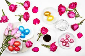 Bilder Ostern Rosen Kaffee Bonbon Grauer Hintergrund Eier Tasse Teller Herz Blütenblätter Blüte Lebensmittel