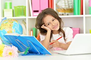 Fotos & Bilder Kleine Mädchen Lächeln Notebook Hand Kinder