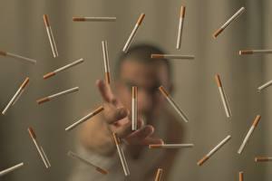 Fotos Viel Mann Unscharfer Hintergrund Zigaretten Hand