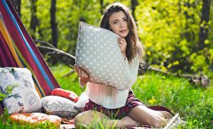 Fotos & Bilder Mila Azul Braunhaarige Gras Kissen Blick Sweatshirt Bokeh Sitzend Mädchens