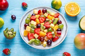 Fotos & Bilder Orange Frucht Erdbeeren Kiwi Weintraube Obst Salat Teller Stück Lebensmittel
