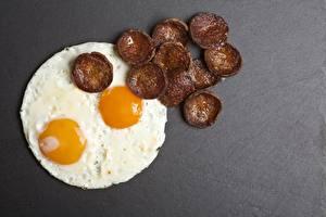 Sfondi desktop Salsiccia Sfondo grigio Uovo all'occhio di bue