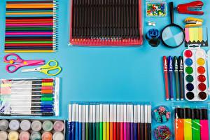 Fotos & Bilder Schere Farbigen hintergrund Bleistift Kugelschreiber Anstrichmittel Lupe Städte